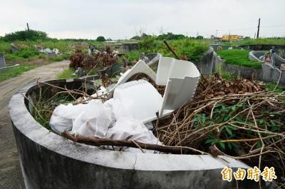 公墓被丟滿垃圾 居民控惡劣  狂罵壞風水:下手的會有報應