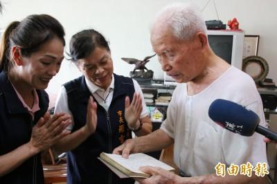 頭份人瑞透露養生秘訣 與市長合唱手抄本日文歌