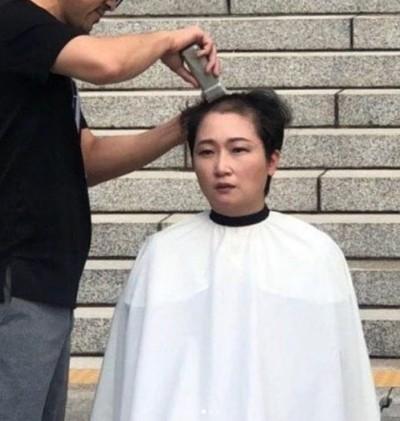 韓國醜聞部長上任 國會女議員剃光頭抗議!