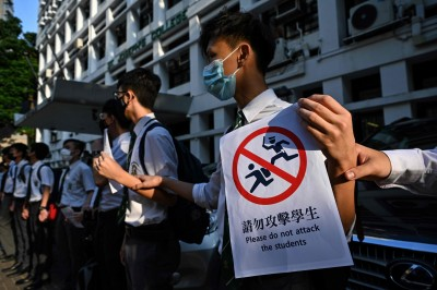 反送中》香港大浦區學生串人鏈 遭男子脫褲「露鳥」鬧場