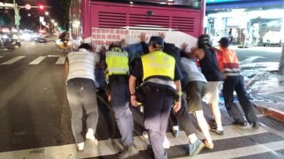 公車拋錨卡道 警民合推500公尺排除塞車