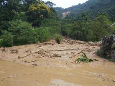 水里上安村爆土石流 道路被吞沒