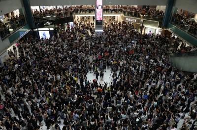 反送中》合唱《願榮光歸香港》遍地開花 千人擠爆沙田商場