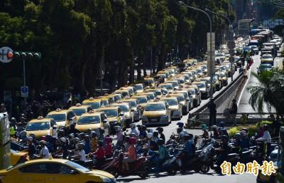 不滿交通部護航Uber非法業者 數百台小黃繞政院抗議
