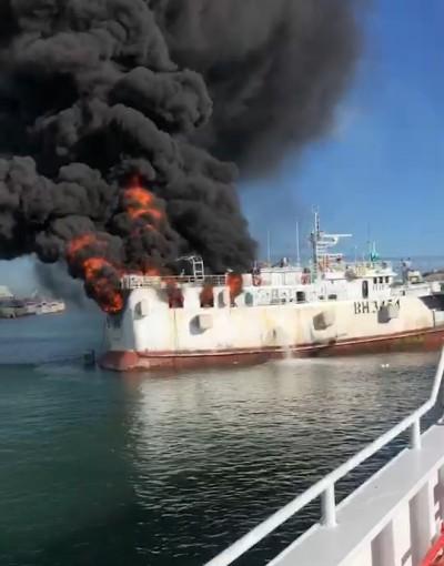 高雄籍CT6漁船停靠模里西斯 起火燒到精光…影片曝光