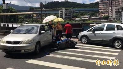 台灣最美畫面!女騎士車禍跌坐烈日下 路過民眾熱心撐傘