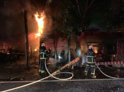 中秋凌晨雲科大旁小吃街大火 燒掉5間店