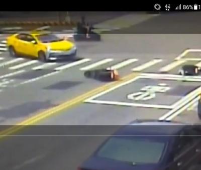 機車騎士趕買烤肉用品撞上計程車 摔地翻滾5圈