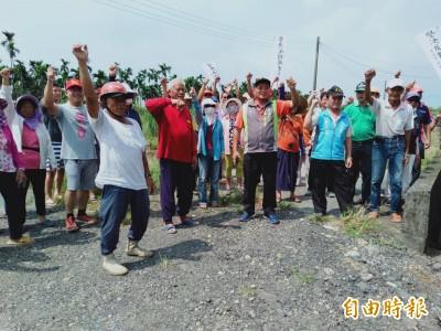 憂心家園出現殯葬設施 新園、萬丹鄉民拉布條抗議