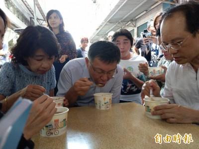 柯文哲到三民市場吃麵羹 滿頭大汗稱「應該加冰塊!」