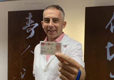 「沒有一國條件比台灣好!」德國醫學博士喜拿台灣身分證