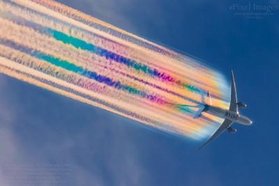 捕捉飛機畫出彩虹雲  網讚:太驚人