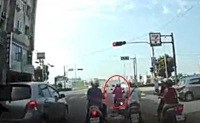 又見三寶!再10秒就轉綠燈 騎士闖紅燈被撞飛