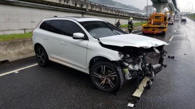 疑壓水坑失控 VOLVO休旅車自撞保險桿全毀
