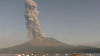 震撼!日本櫻島火山大噴發 煙霧竄升2800公尺高空