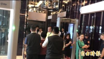 蔡英文出席金仲獎頒獎典禮  4人混人群激動抗議