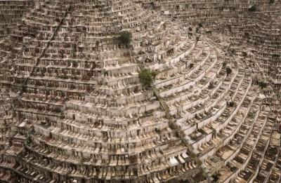 香港墓園塞爆!地下也地狹人稠... 一個骨灰罈位要排7年