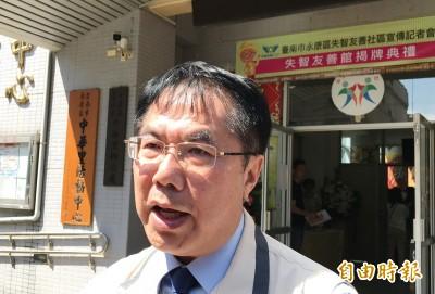 韓國瑜批蔡政府長照2.0 黃偉哲諷:撿到假槍