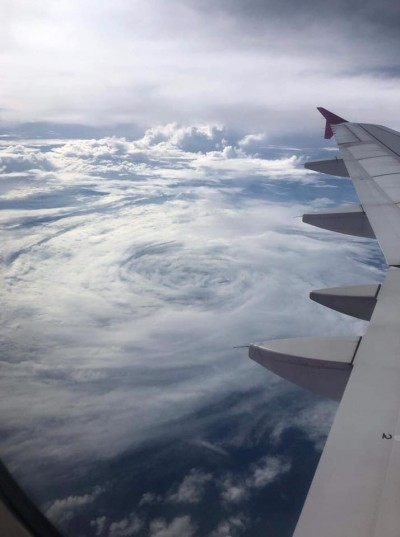 搭飛機朝窗外看!她捕獲「塔巴」颱風本人近照
