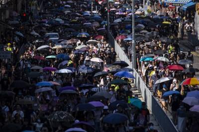 反送中遊行香港屯門登場 示威者拆下五星旗燒毀