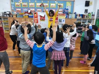 助腦麻雙胞胎登台演出 幼教師:孩子的笑容是最大成就感