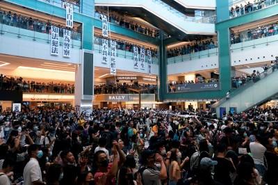 反送中》港警駐守機場引不便 示威者轉往各商場