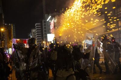 反送中》元朗警民激戰一夜 催淚彈狂射對戰汽油彈