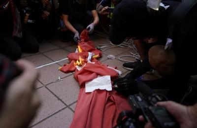 反送中》香港13歲女孩 涉嫌燒五星旗被捕