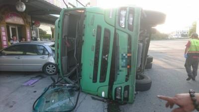 貨櫃車左轉不慎翻車!超商玻璃碎滿地 波及6部汽機車