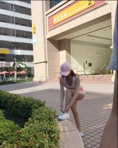 求神!行天宮站妹子彎腰綁鞋帶 「胸前美景」網友全看光