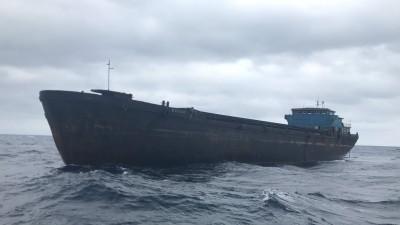 中國幽靈貨輪隨波逐流 海巡艦艇冒惡浪監控維航安