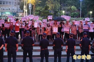接韓國瑜下班!台灣基進披麻戴孝抗議 警架人牆護送