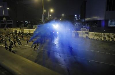 反送中》928集會再爆衝突 警以水炮車、催淚彈驅散示威者
