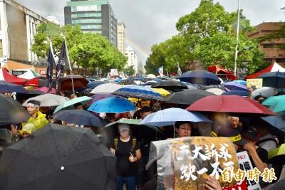 台北反極權不畏風雨 10萬人雨中遊行撐香港
