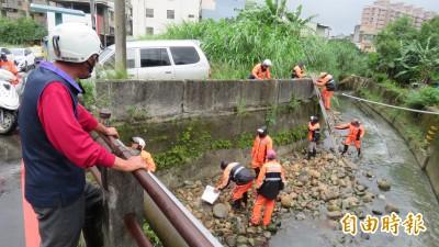 每逢颱風豪雨必淹 桃園這里防汛隊動員清大排防淹