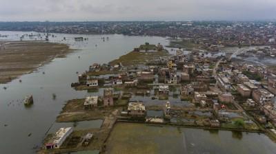 印度北部洪水罹難逾百 貧男搶救人力車令人心酸