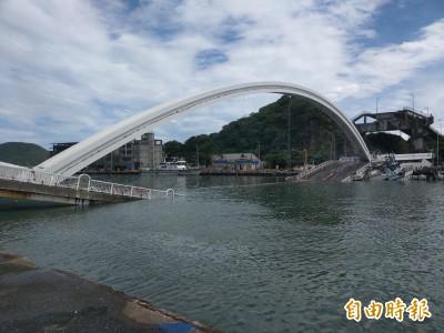 南方澳斷橋》跨港大橋斷橋橫躺港口 漁船無法進出恐影響漁業