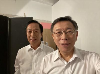 郭董、柯P與立委選將合照 兩人開心玩自拍