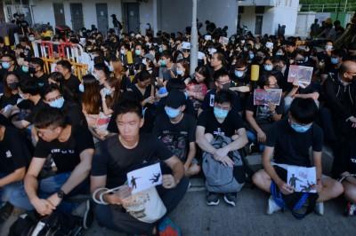 反送中》中學生遭港警開槍 校外400人靜坐聲援