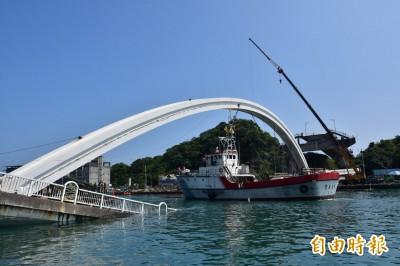 南方澳斷橋》臨時航道開通 吃水4米漁船過了、救難船倒退嚕