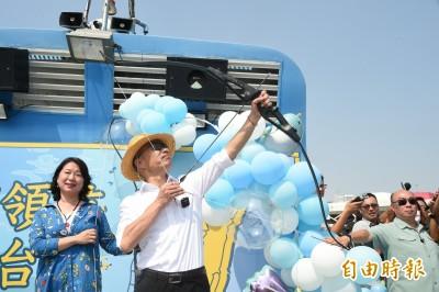 韓國瑜正午高溫戴魯夫帽  遊艇上射選前百日穿雲箭