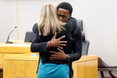 美國女警誤殺鄰居判10年  被害手足超暖心「擁抱寬恕她」