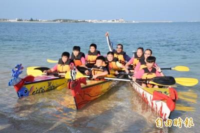獨木舟造船成主流 鎮海國中自造獨木舟下水啟航