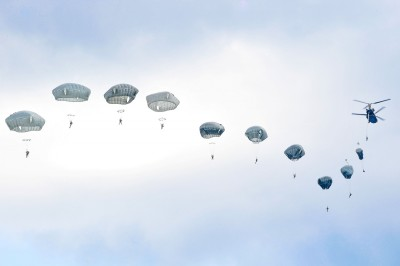 驚!美陸軍傘兵夜間跳傘 23人送醫 1人掛樹上12小時
