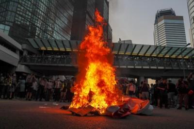 反送中》林鄭宣布禁蒙面法 香港多地爆發抗議 燒中國國慶布條