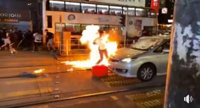香港傳便衣員警人群中開槍 被群眾丟汽油彈報復