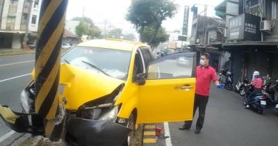 嘉市計程車自撞分隔島 66歲駕駛送醫
