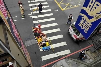 新營1工人拆屋頂摔落受傷 警消出動5人吊掛救援