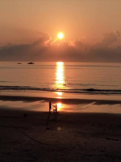 海灘目擊情侶下跪求婚 她拍下唯美畫面網讚好美