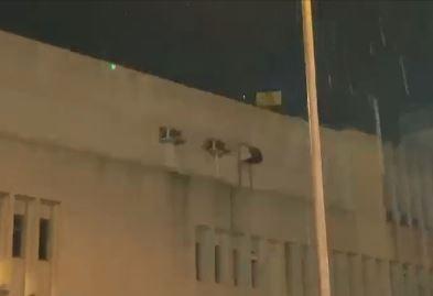 香港人反抗》示威者鐳射軍營 解放軍首舉黃旗:後果自負
